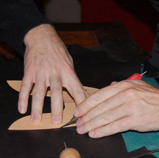 Découpe main du cuir d'une chaussure de l'atelier Preys